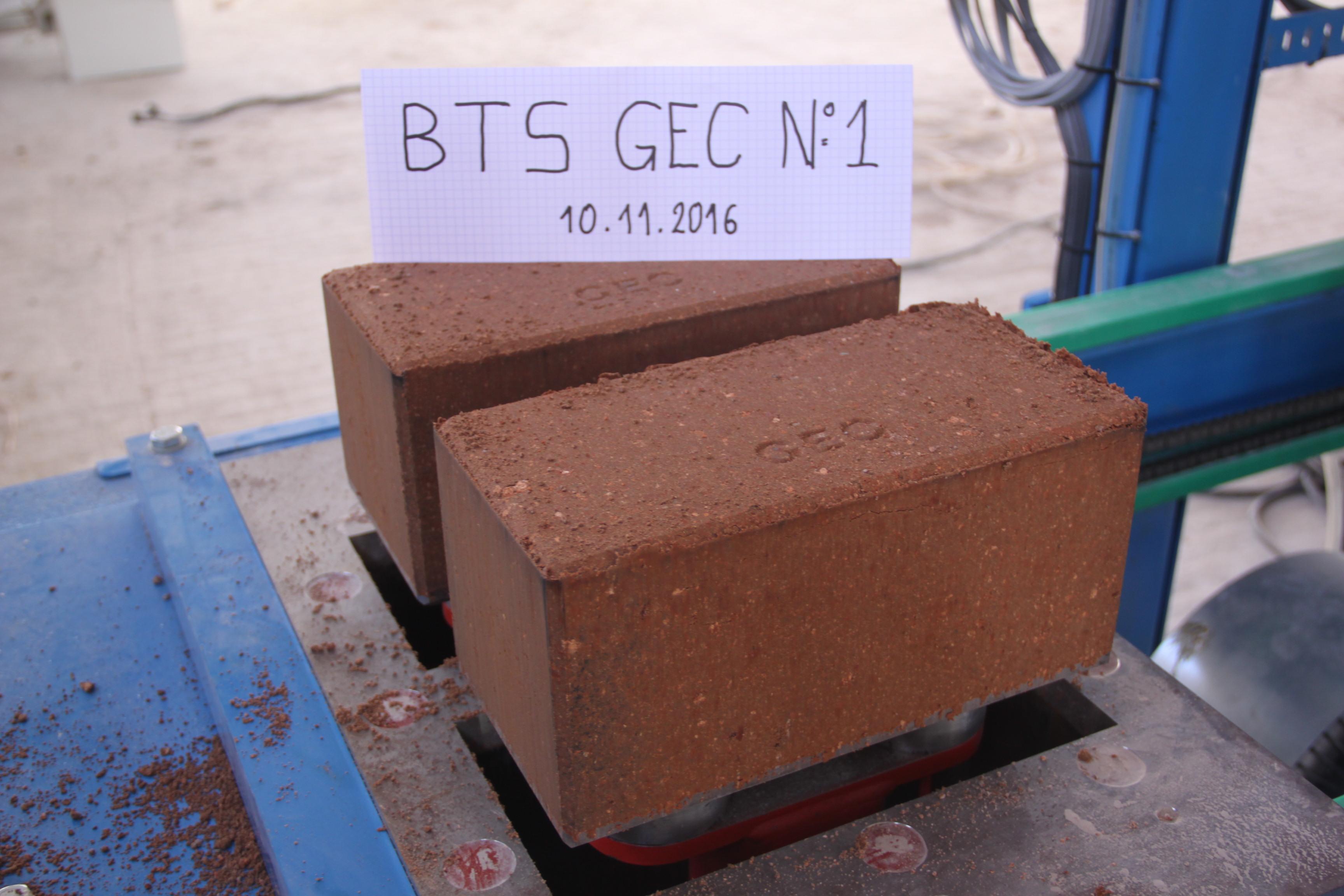 brique de b ton de terre type geoluce fabriqu e par gec alg rie geoluce la force de la. Black Bedroom Furniture Sets. Home Design Ideas